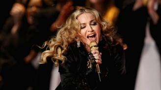 Мадона рекламира новия си албум със снимка на голи женски гърди