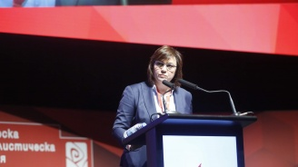 Корнелия Нинова оттегли оставката си