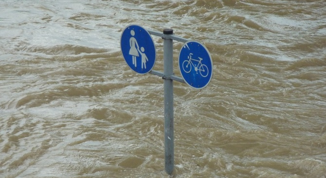 Силни бури причиниха наводнения и сериозни щети в много части