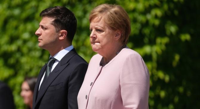 На германския канцлер Ангела Меркел ѝ е станало лошо, докато