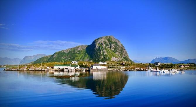 Жителите на норвежки остров, където слънцето не залязва през 69