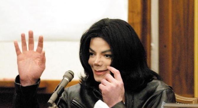 Децата на Майкъл Джексън носят огърлици, съдържащи праха му, след