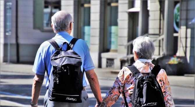 Възрастна жена живее повече от месец с трупа на своя