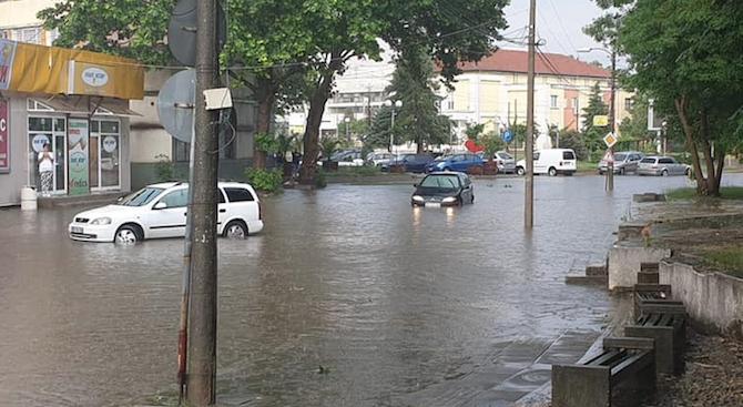 Силна буря наводни Козлодуй