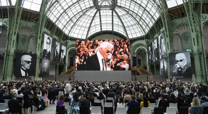 Звезди отдадоха почит на Карл Лагерфелд в Париж