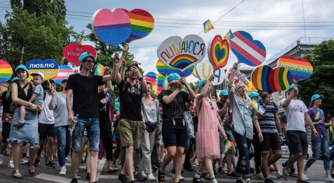 Хиляди хора участваха днес в гей парад в украинската столица,