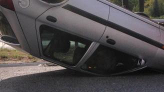 Трима пострадaха след преобръщане на лек автомобил в Добрич
