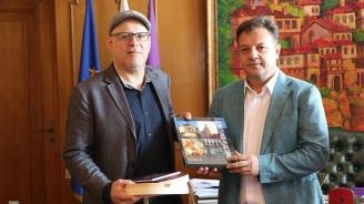 Кметът на Велико Търново се срещна със световноизвестния писател и журналист Ерик Уайнър