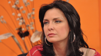 Жени Калканджиева храни сина си с жив охлюв