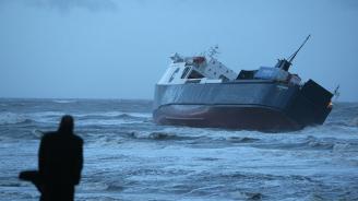 Най-малко 15 загинали при потъването на ферибот в Индонезия
