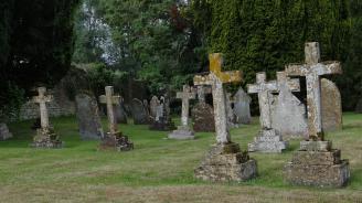 Задържаха мъж, поругал гроба на починала преди 10 дни жена