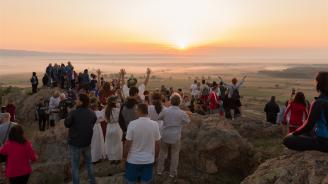 Стотици посрещнаха изгрева в най-дългия ден от годината с вината Kabile