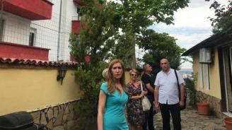 Министър Ангелкова участва в проверка на къща за гости и поиска от КЗП обектът да бъде затворен веднага