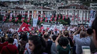 Гласоподаватели щурмуват Истанбул за предстоящите утре избори за кмет