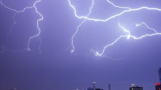 Жълт код за обилни валежи и гръмотревични бури е обявен за утре в 19 области