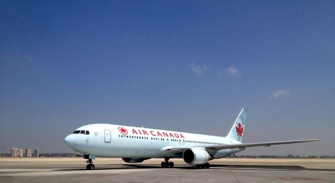 """Пътничка в самолет на """"Еър Канада"""" заспа и се събуди"""