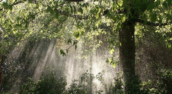 Условията за интензивни валежи и гръмотевици продължават и днес, напомни