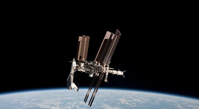 Американска астронавтка, канадец и руски космонавт се приземиха тази сутрин
