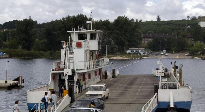 Фериботът при ГКПП-Свищов аварира и временно не работи