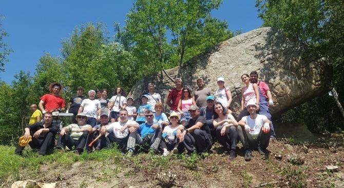 Доброволци са почистили екопътеката до местностите Марков камък и Раюв