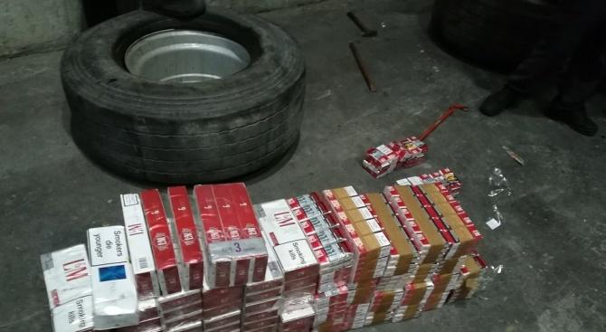 Митначари спипаха 22 000 къса контрабандни цигари в резервните гуми на камион