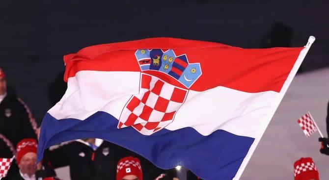 Членове на два водолазни клуба в Хърватия разпънаха огромен флаг