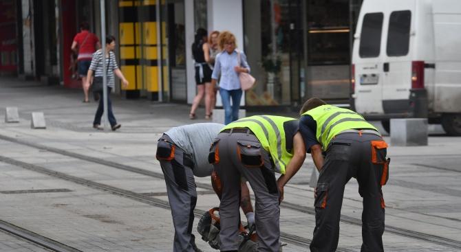 """На няколко места по столичната улица""""Граф Игнатиев""""тази сутрин работници от"""