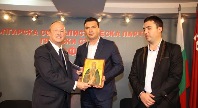 Лидерът на БСП - София Калоян Паргов посрещна посланика на