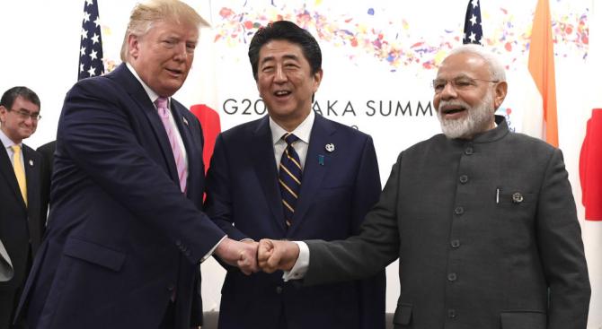 Тръмп, Абе и Моди се поздравиха с почукване на юмруци в началото на тристранната им среща в Осака