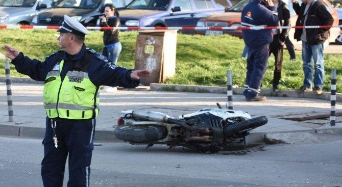 Моторист блъсна възрастен мъж напешеходна пътека във Враца. Инцидентът е