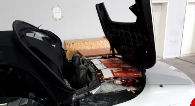 Откриха 168 бутилки алкохол в тайник на кола