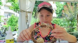 Деца сплитат венци от билки за Еньовден във Варна
