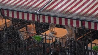 Силна гръмотевична буря се изви над София, улиците са реки, има квартали без ток