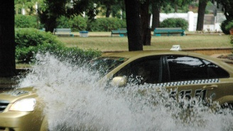 """Пороен дъжд наводни улиците на Плевен, Разград, Русе и """"Слънчев бряг"""""""