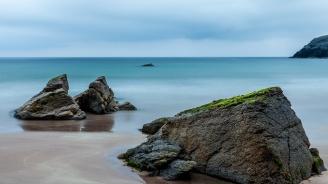 Пластмасовите отпадъци вече се инкрустират в скалите в морето