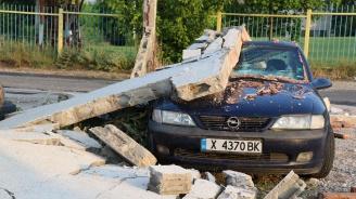 Стена рухна и затисна автомобил в Хасково