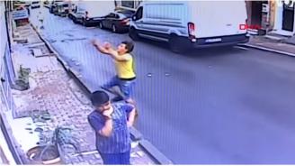 Случаен минувач хвана бебе, падащо от прозорец в Истанбул