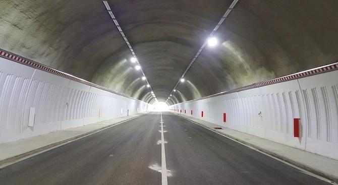 Снимка: Аварирал ТИР затруднява движението в тунела