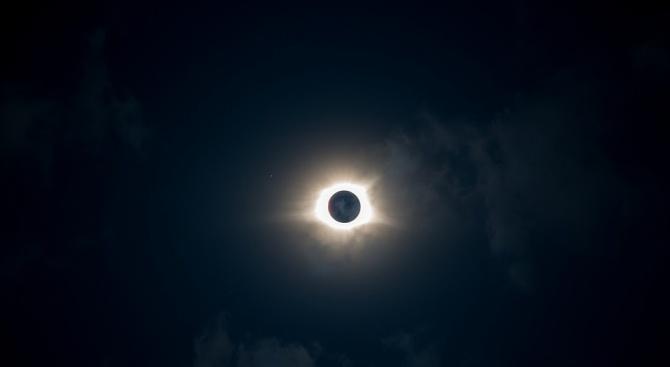 Пълно слънчево затъмнение, продължило 2,36 минути, наблюдаваха вчера в северната