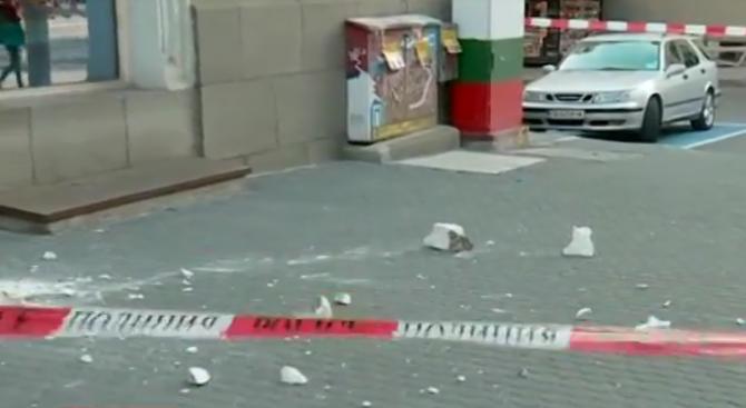 Парчета мазилка паднаха на оживен булевард в столицата