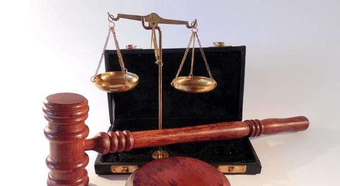 Затвор за мъж, управлявал кола без регистрационни табели и за даване на подкуп на полицай