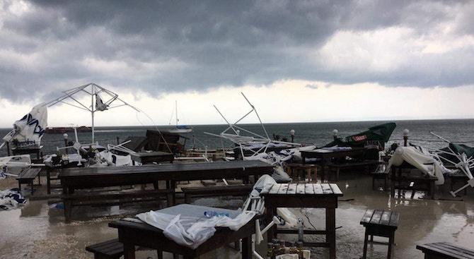 Силна буря премина през Българево, нанесе много материални щети