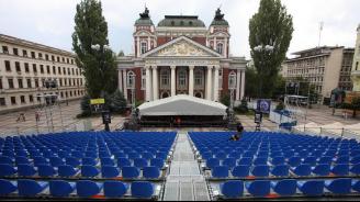 Театър пред театъра