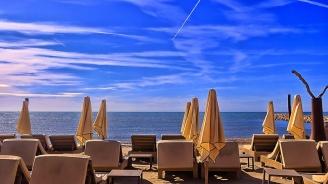 Хотелът по морето колкото 2 шезлонга