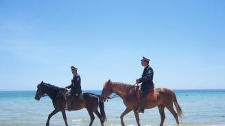 Конни полицаи следят за реда в Албена
