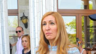 Високите цени на шезлонгите и чадърите са заради стари договори, разкри Ангелкова