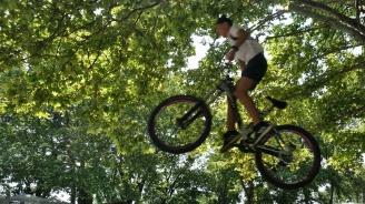 Деца показват акробатични техники с велосипеди в Морската градина на Варна