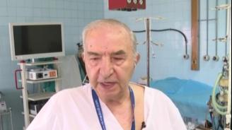 Лекарят, оперирал на фенерче: Охраната ми светеше, а аз шиех