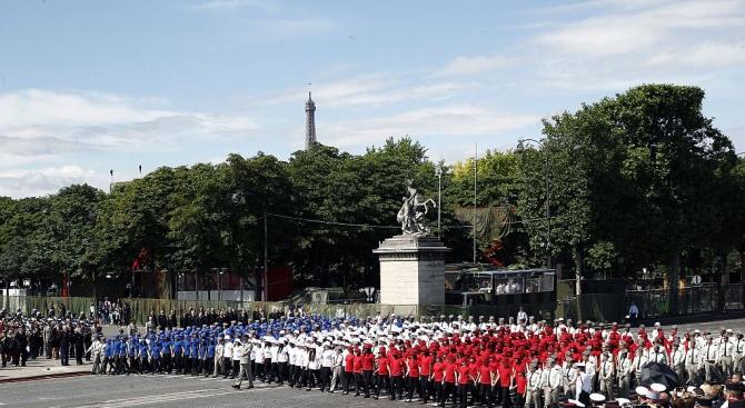 Франция отбелязва националния си празник с парад в Париж