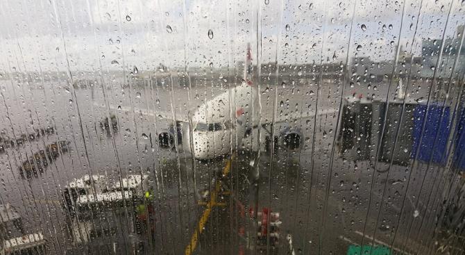 Отменени полетии изнервени туристи наЛетище Бургас. Лошото време в регионапопречина
